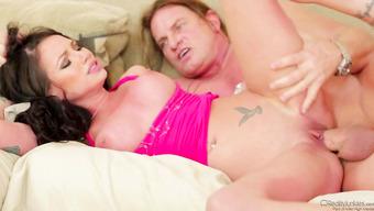 Сладкая брюнетка занимается сочным сексом на диване
