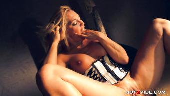 Блондинка с мелкой грудью мастурбирует бритую киску