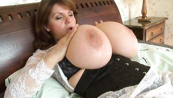 Зрелая женщина с очень большими дойками мнет их руками