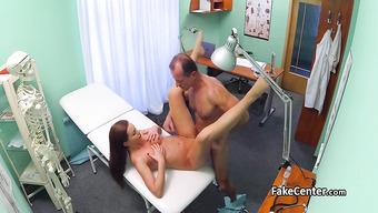 Половой акт с горячей красоткой на осмотре у доктора