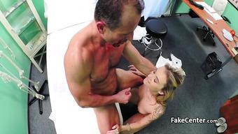 Зрелый доктор совокупляется с пациенткой в кабинете