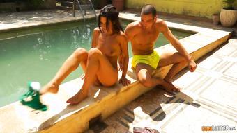 Возле бассейна парнишка сношается с фигуристой брюнеткой