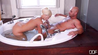 Гламурная блондинка ублажила любимого мужика в ванной