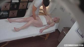 Белокурая девушка в масле получила оргазм на массаже