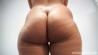 Брюнетка с аппетитной жопой сосет член на порно пробах