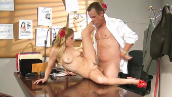 Начальник разложил на столе блондинку и трахнул ее