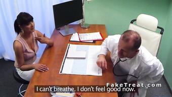 Зрелый врач развел красивую брюнетку на еблю
