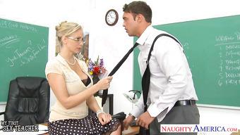 Студент-заочник оприходовал взрослую преподавательницу