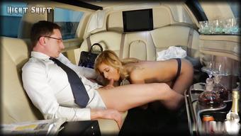 Начальник занимается еблей со своей помощницей в лимузине