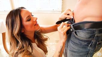 Татуированная женщина умело полирует половой член