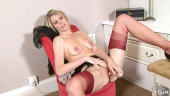 Стройная блондинка кончает от вагинальной мастурбации