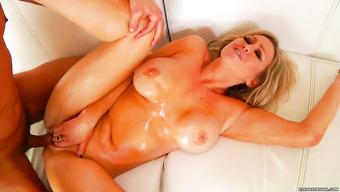 Блондинка с большой грудью занимается классическим сексомй