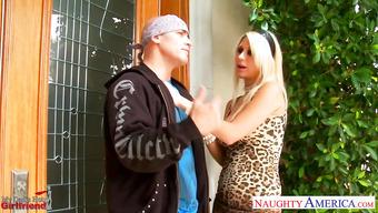 Предложил гламурной блондинке заняться сексом
