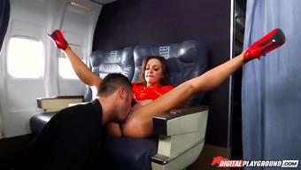 Сексуальная стюардесса трахается с богатым пассажиром
