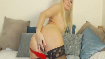 Блондинка в чулках мастурбирует пизду перед вебкой