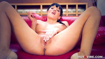 Брюнетка получила бурный оргазм от секс игрушки