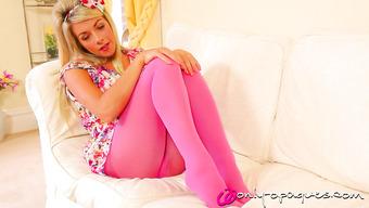 Оголила свою маленькую грудь блондинка в розовых колготках