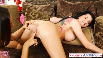 Грудастые лесбиянки пошалили на диванчике