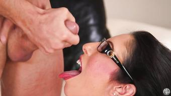 Шикарный минет брюнетка в очках делает своему любовнику